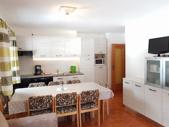 Large living room with kitchenette, spacious table, comfortable sofa ...
