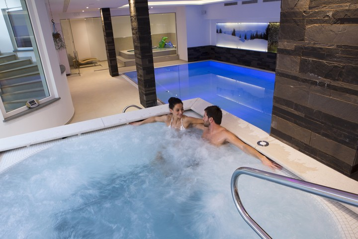 Hotel astoria canazei val di fassa trentino for Piscina wellness roma