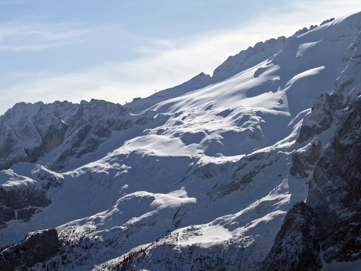 The ski area is reachable from Canazei. From Fedaia Pass take the cabin lift to Pian dei Fiacconi