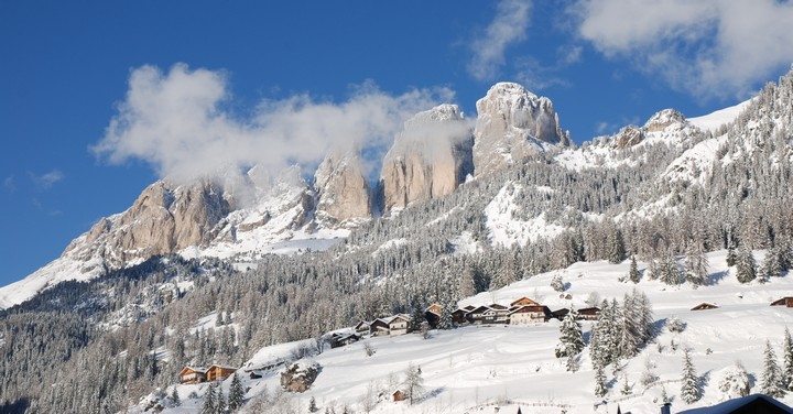 On peaks and lakes, panoramic Christmas markets in Val di Fassa